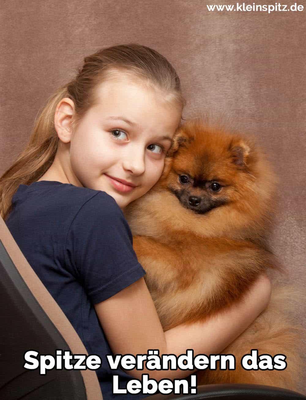 Ein Mädchen umarmt ihren Spitz